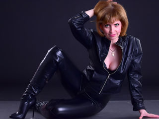 44 petite white female auburn hair green eyes AmeliaPeachX chat room
