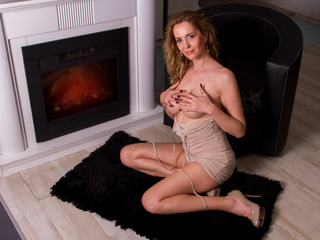 julyblondy REAL Sex Cams-Kind and sensual. I